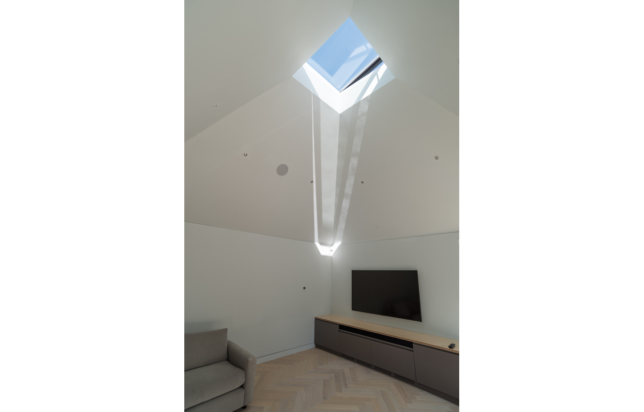Funnelled skylight in extension